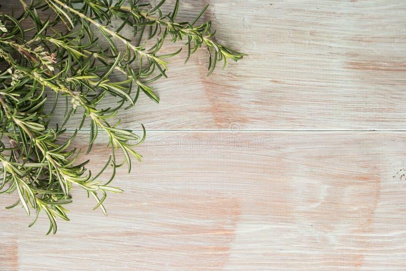 Mazzo di fresco dei rosmarini del giardino sulla tavola di legno, stile rustico, fotografia stock libera da diritti
