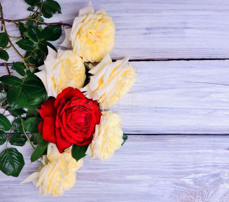 Mazzo di giallo di fioritura e delle rose rosse immagine stock libera da diritti
