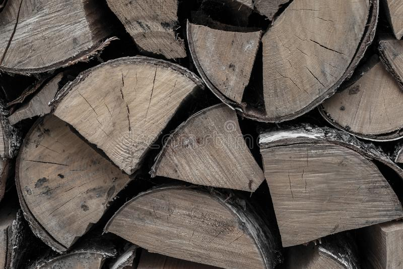 Mazzo di legna da ardere dei ceppi della betulla una fonte di calore un fuoco di fuoco un la pila di fondo scheggiato di legno un fotografia stock