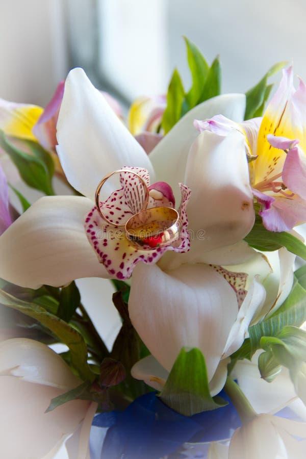 Mazzo di nozze con i fiori degli anelli immagini stock