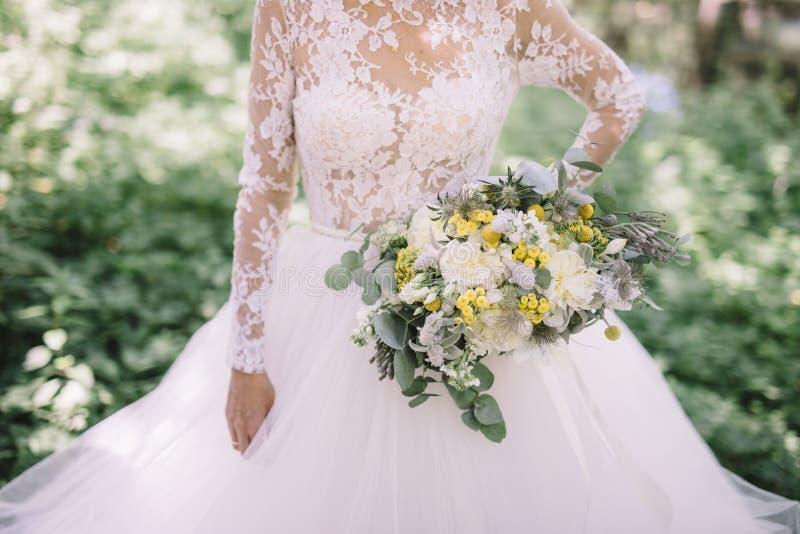 mazzo di nozze dai fiori bianchi, verdi e gialli fotografia stock