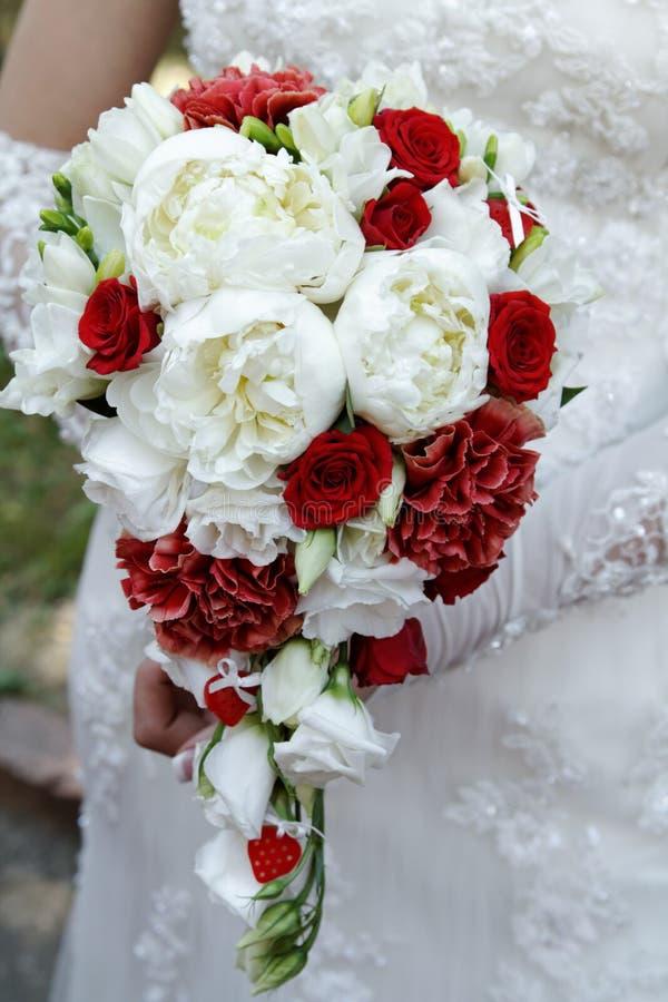 Mazzo di nozze della sposa con le peonie immagini stock libere da diritti