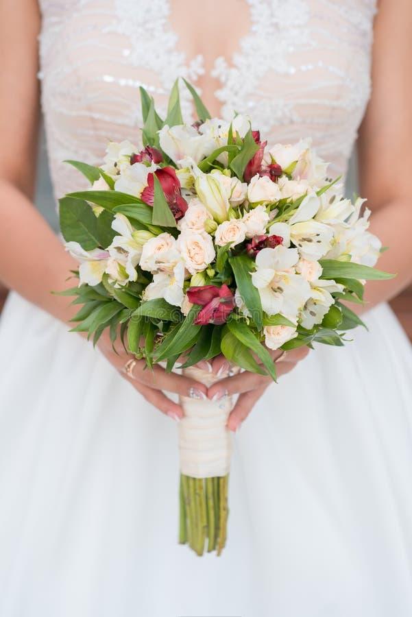 Mazzo di nozze della sposa Giorno delle nozze Sposa felice Il mazzo della sposa Bello mazzo dei fiori bianchi Bello fiore immagine stock libera da diritti