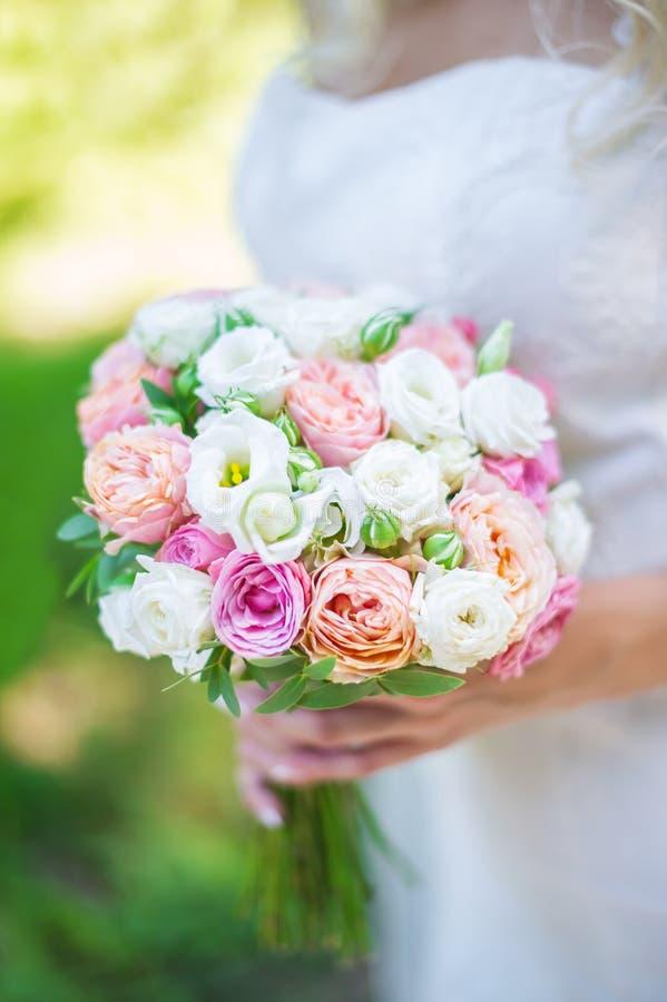 Mazzo di nozze della sposa in mani immagine stock libera da diritti