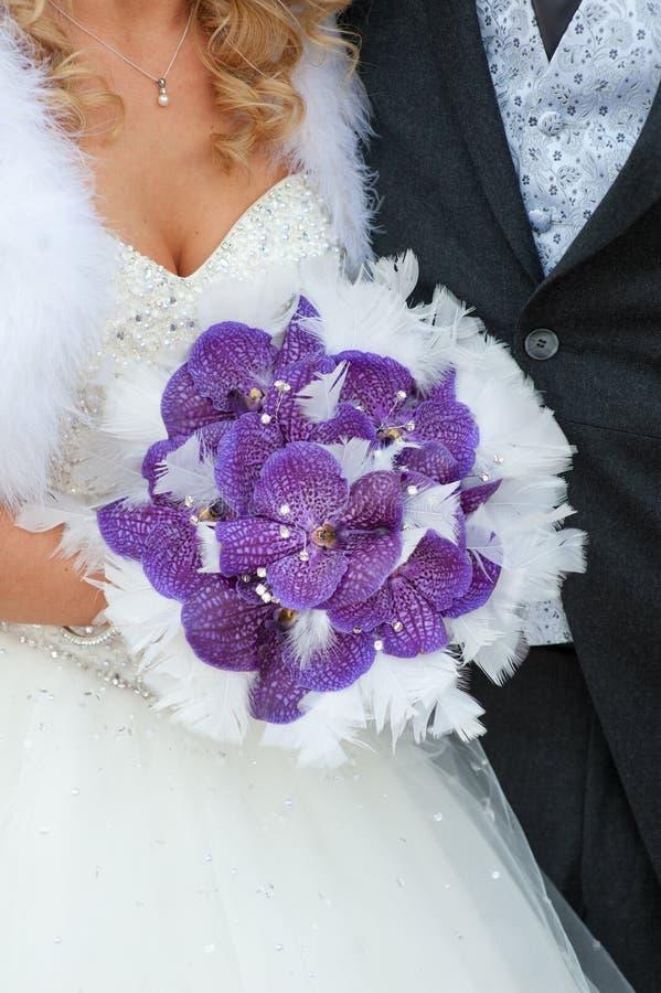 Mazzo di nozze delle orchidee e delle piume porpora fotografie stock