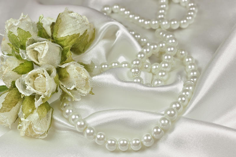 Mazzo di nozze delle rose e della collana della perla fotografie stock