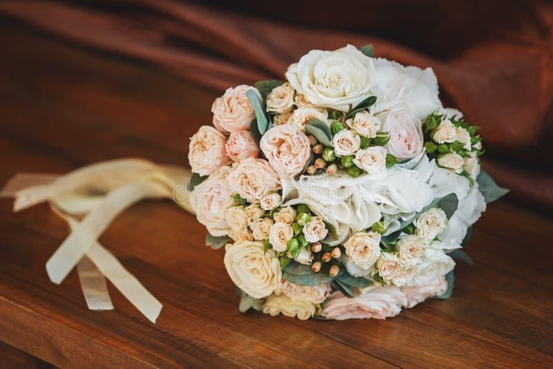 Mazzo di nozze delle rose su fondo di legno concetto di matrimonio fotografia stock