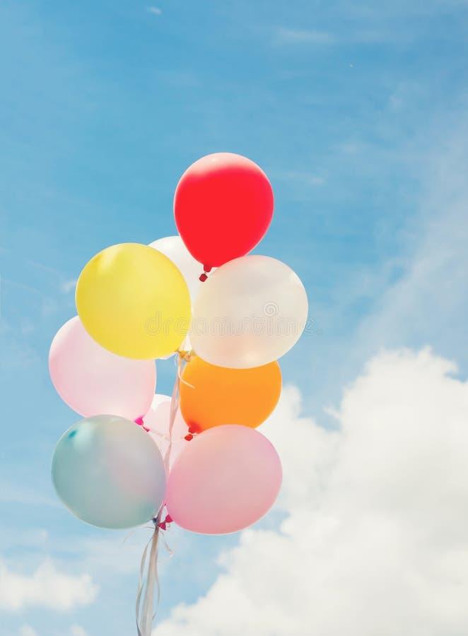 Mazzo di palloni colorati con cielo blu immagini stock libere da diritti