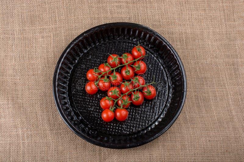 Mazzo di pomodori ciliegia freschi saporiti maturi rossi fotografia stock