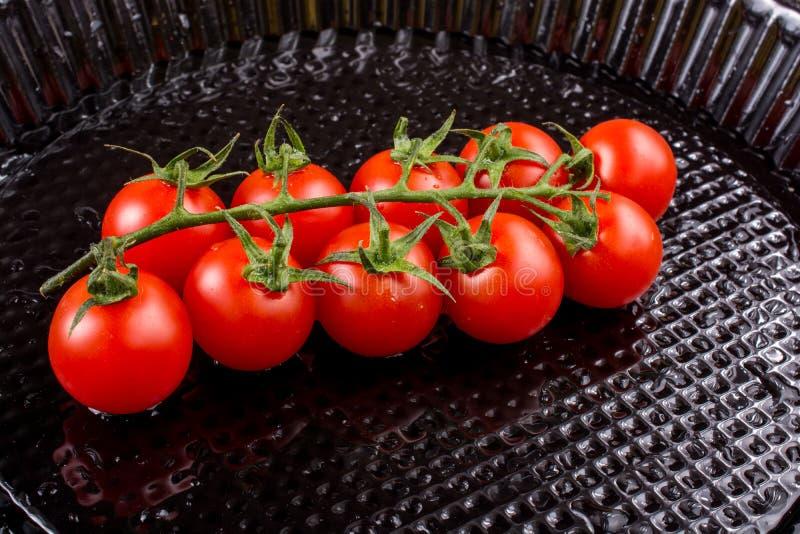 Mazzo di pomodori ciliegia freschi saporiti maturi rossi immagini stock libere da diritti