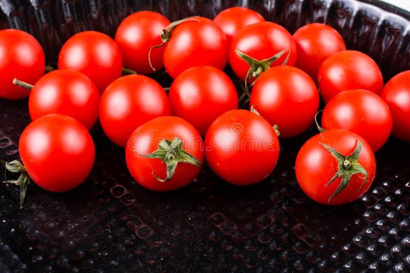 Mazzo di pomodori ciliegia freschi saporiti maturi rossi fotografie stock libere da diritti