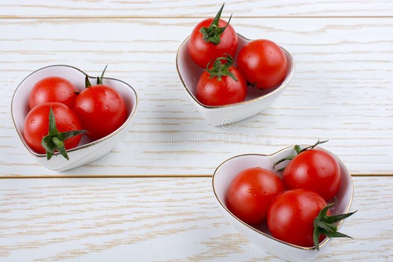 Mazzo di pomodori ciliegia freschi saporiti maturi rossi immagine stock