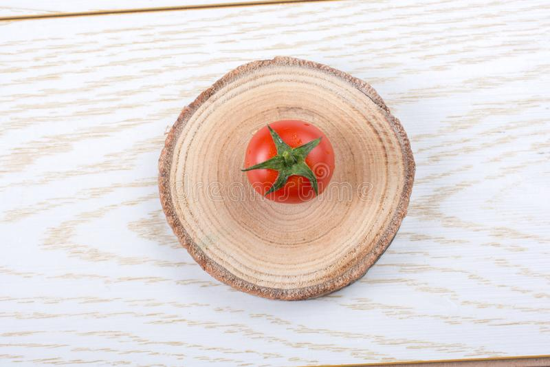Mazzo di pomodori ciliegia freschi saporiti maturi rossi fotografia stock libera da diritti