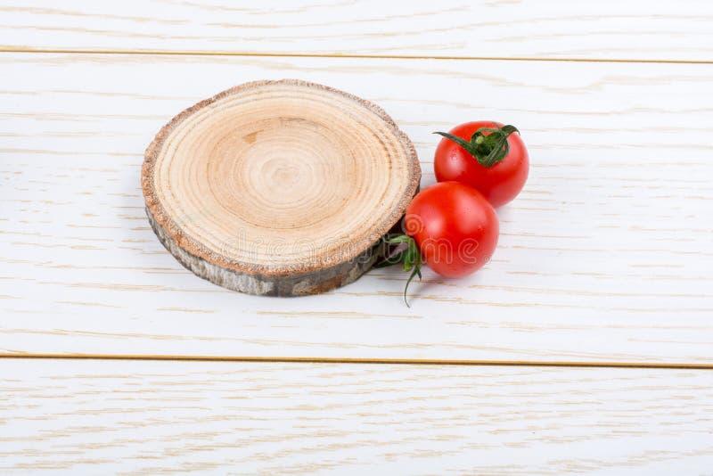 Mazzo di pomodori ciliegia freschi saporiti maturi rossi fotografie stock