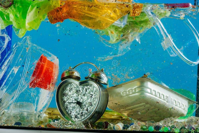 Mazzo di rifiuti disgustosi e nocivi che galleggiano in acqua contaminata sporca fotografie stock
