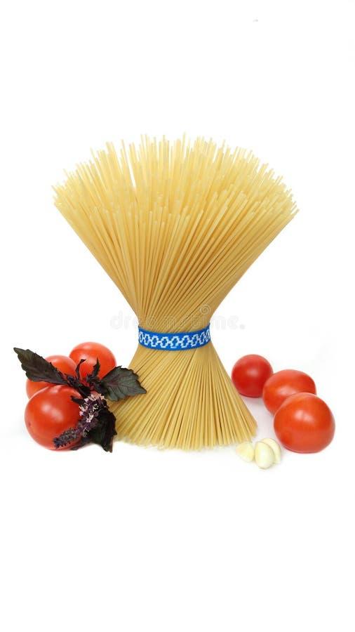 Mazzo di spaghetti sui precedenti bianchi fotografia stock libera da diritti