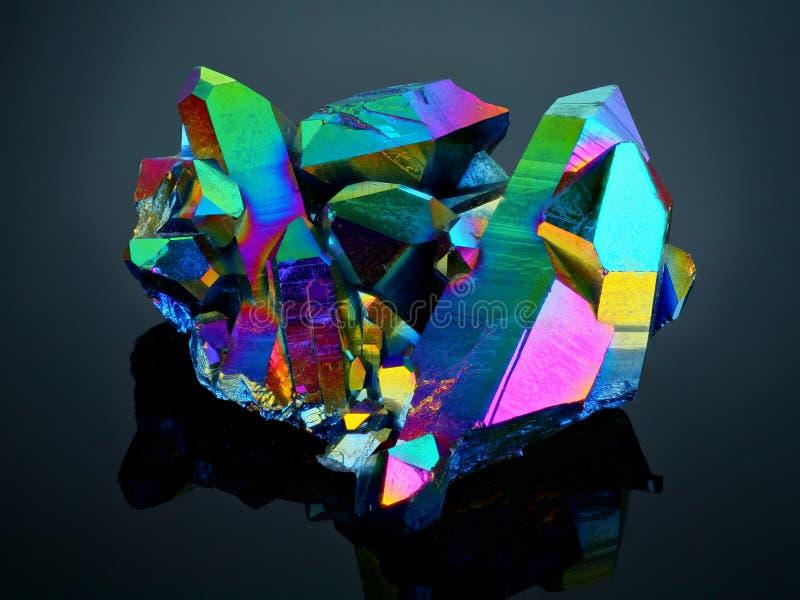 Mazzo di titanio del cristallo di quarzo di aura dell'arcobaleno immagini stock libere da diritti