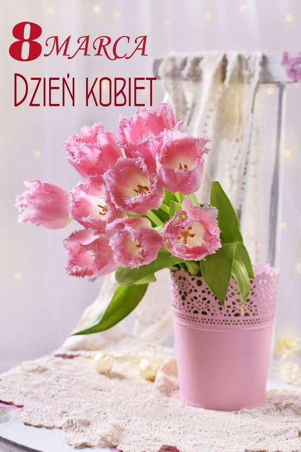 Mazzo di tulipani rosa degli arricciamenti di immaginazione per il giorno delle donne s nella lingua della lucidatura fotografia stock