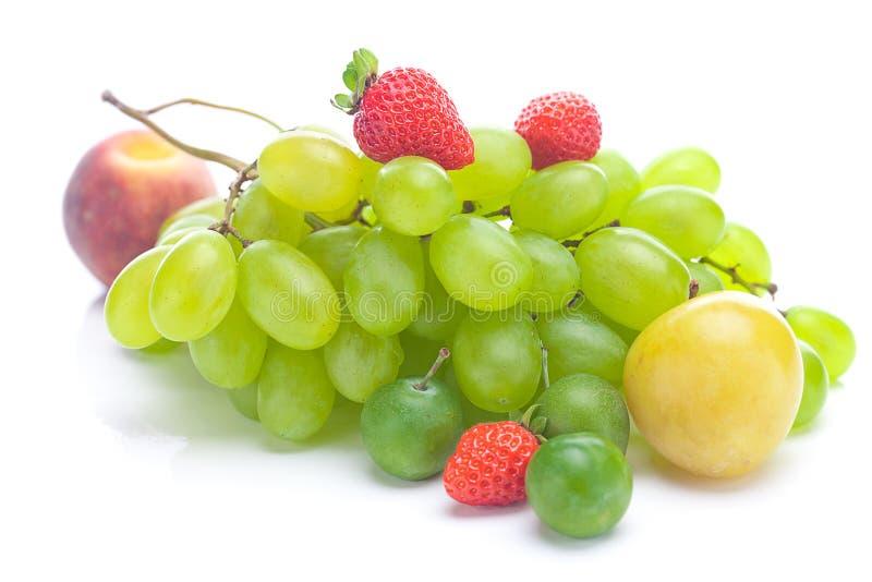 Mazzo di uva bianca, di pesca e di prugna immagini stock