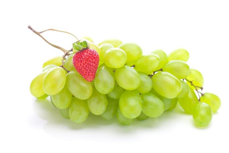 Mazzo di uva bianca e di fragole fotografia stock libera da diritti