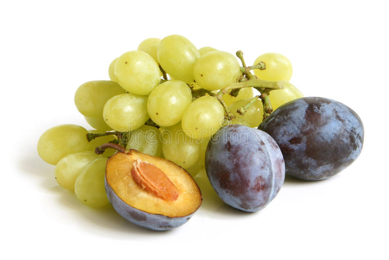 Mazzo di uva e di prugne fotografie stock