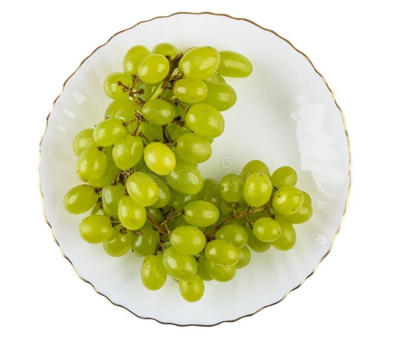 Mazzo di uva in piatto isolato su fondo bianco fotografie stock libere da diritti