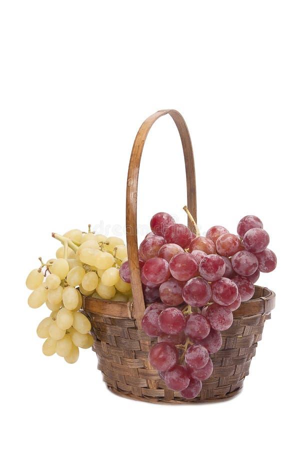 Mazzo di uva in un cestino immagine stock