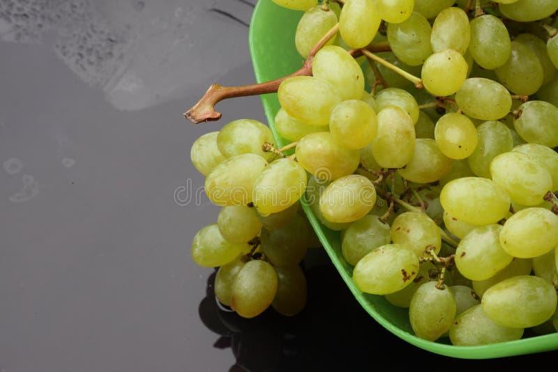 Mazzo di uva in un piatto fotografia stock