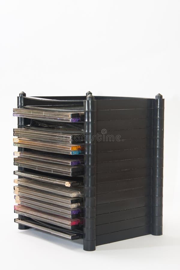 Mazzo di vecchi compact disc in scaffale di plastica fotografia stock