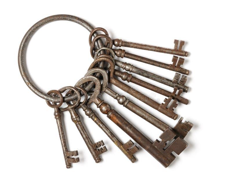 Mazzo di vecchie chiavi isolato su bianco fotografie stock libere da diritti