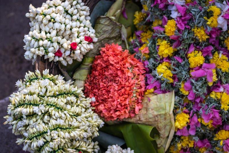 Mazzo di via bianca e rosa del fiore che vende in dettaglio fotografia stock