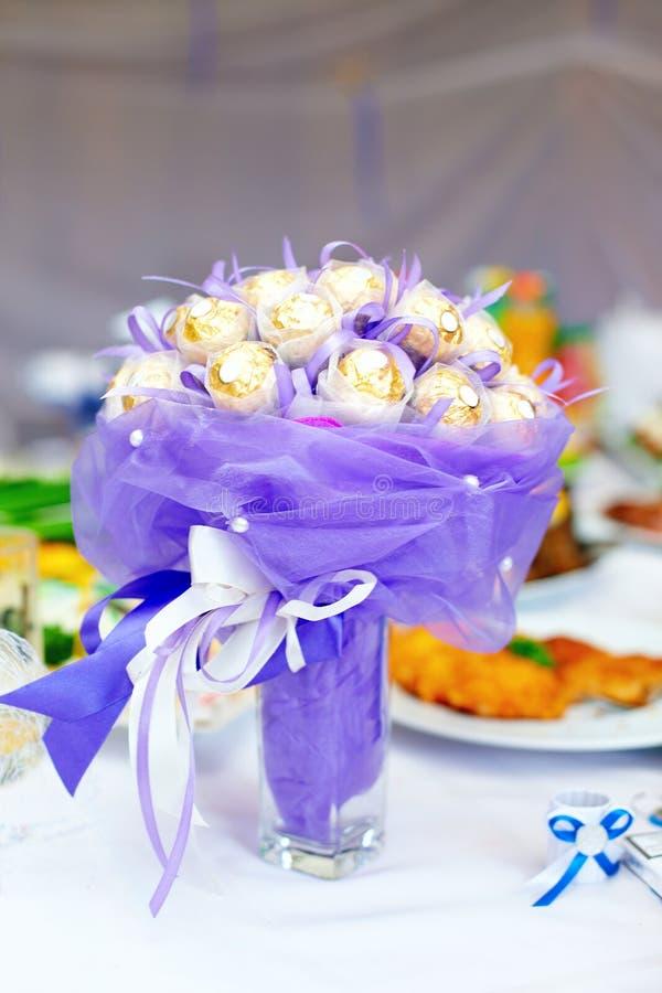 Mazzo dolce del fiore della caramella sulla tavola della regolazione fotografia stock libera da diritti