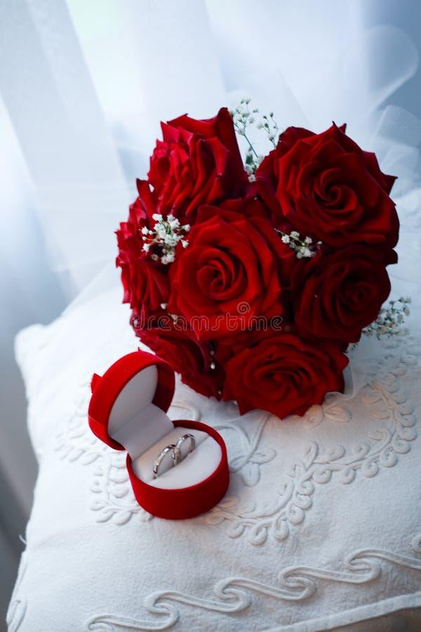 Mazzo ed anelli di cerimonia nuziale immagine stock