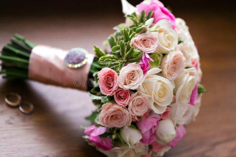 Mazzo ed anelli di cerimonia nuziale Il concetto del matrimonio e dell'amore primo piano di matrimonio degli accessori fotografie stock libere da diritti