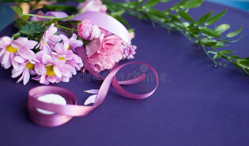 Mazzo festivo dei fiori su una tavola porpora fotografia stock