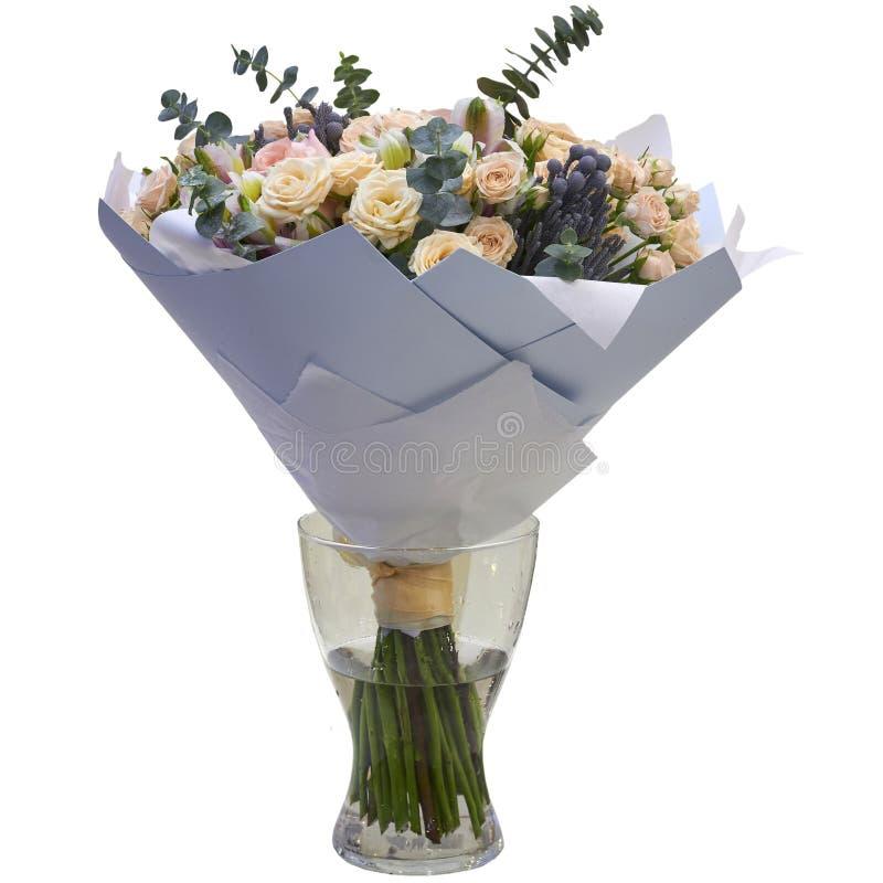 Mazzo festivo dei fiori in un bello pacchetto fotografia stock libera da diritti
