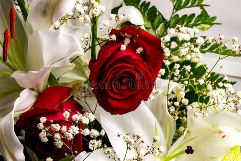 Mazzo festivo delle rose e dei gigli nei colori rossi e bianchi immagine stock libera da diritti