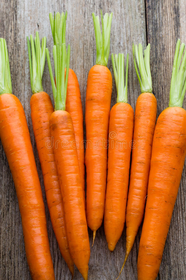 Mazzo fresco delle carote su fondo di legno rustico immagine stock libera da diritti