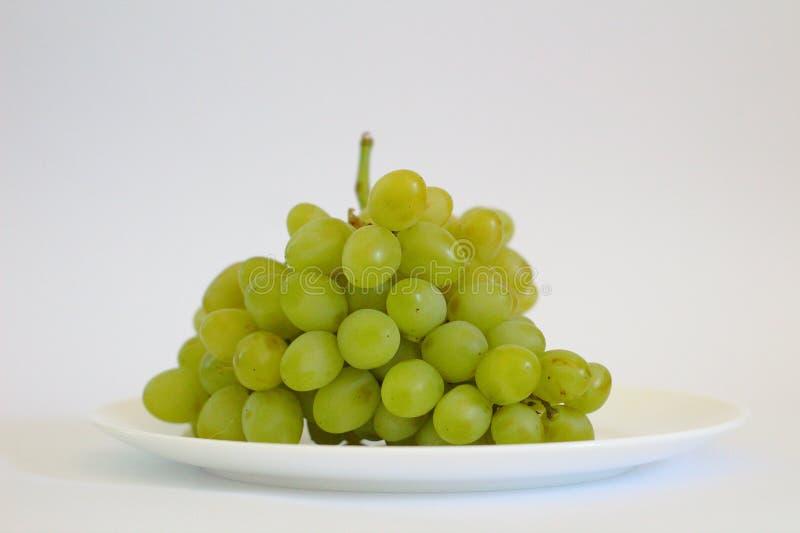 mazzo isolato di uva su un piatto immagine stock libera da diritti
