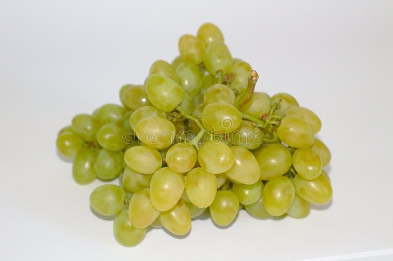mazzo isolato di uva su un piatto fotografia stock