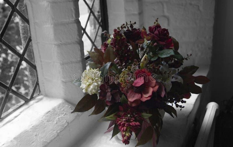 Mazzo naturalmente illuminato dei fiori. fotografia stock