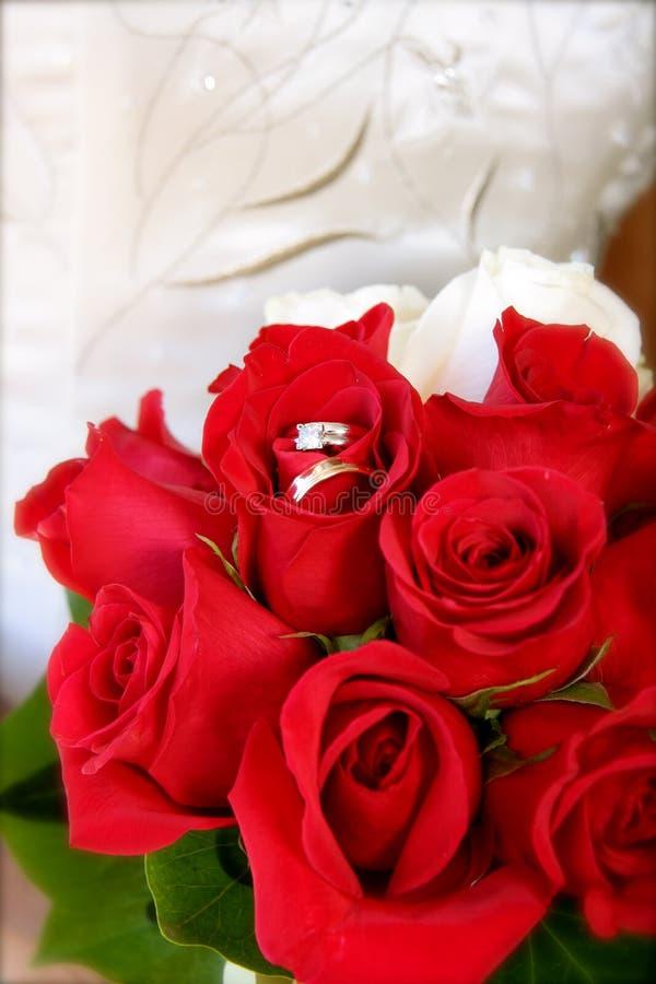 Mazzo nuziale con gli anelli di cerimonia nuziale fotografia stock