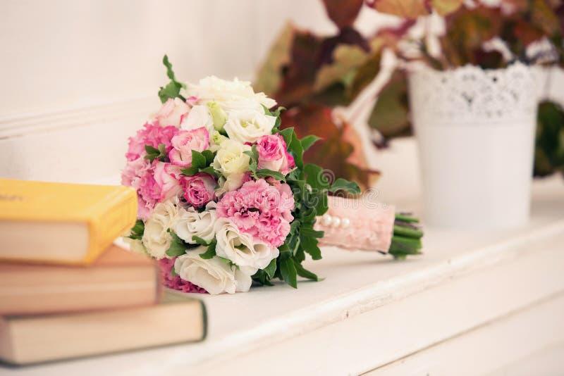Mazzo nuziale dalle rose e dai libri fotografie stock libere da diritti