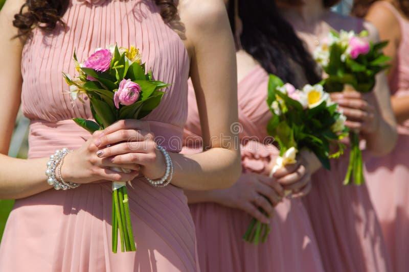 Mazzo nuziale dei fiori e delle spose di nozze fotografia stock
