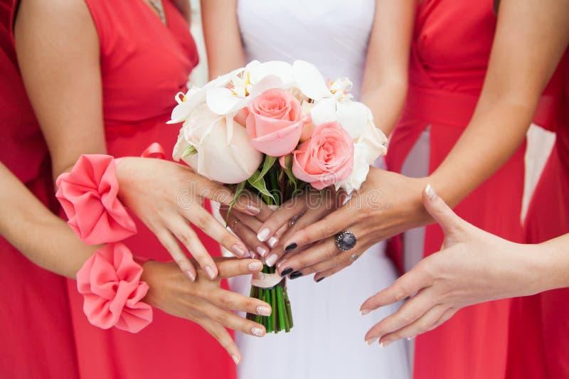 Mazzo nuziale dei fiori e delle spose di nozze fotografia stock libera da diritti