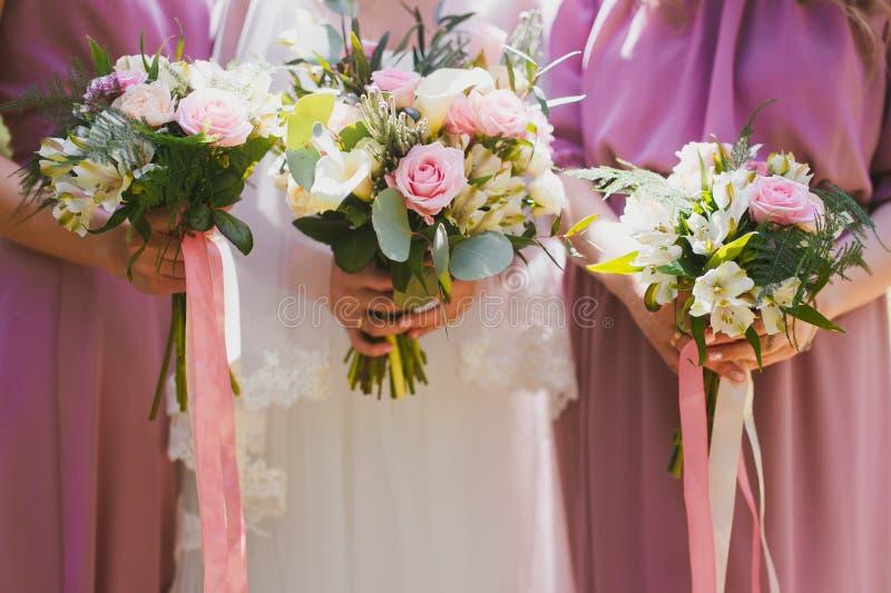 Mazzo nuziale dei fiori e delle spose di nozze immagini stock libere da diritti