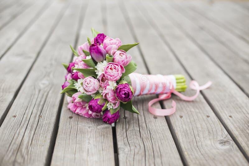 Mazzo nuziale dei tulipani per nozze immagine stock for Mazzo per esterni in legno