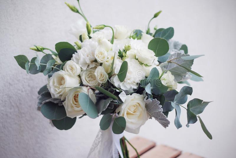 Mazzo nuziale della rosa e del lisianthus di bianco con il eucalypt Immagine orizzontale immagine stock