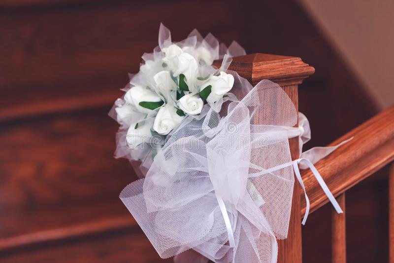 Mazzo nuziale delle rose bianche nei colori luminosi sulla ferrovia della scala immagini stock
