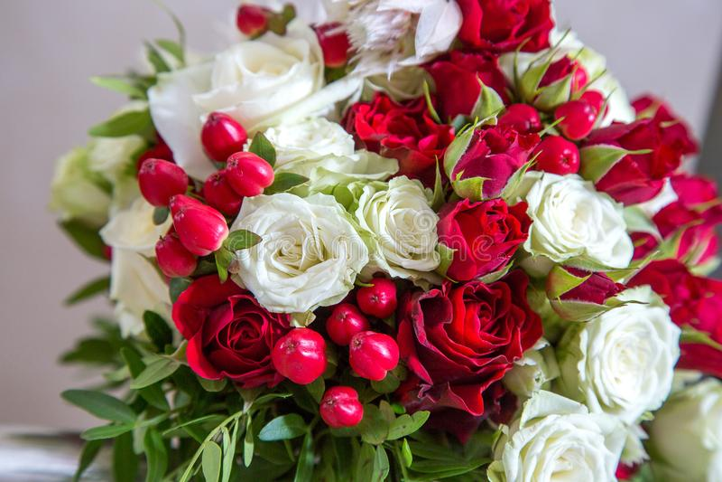 Mazzo nuziale di belle nozze delle rose rosse e bianche luminose fotografie stock